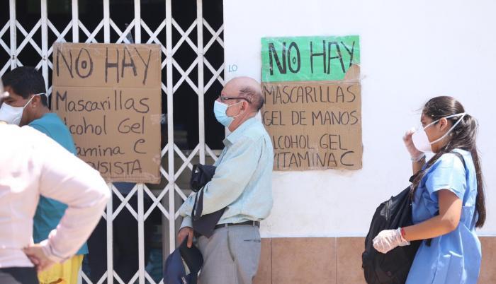Guayaquil. Personas abarrotan farmacias y distribuidoras. este martes 24 de marzo. Tema: Juan Daniel Ponce / Fotos: Valentina Encalada.
