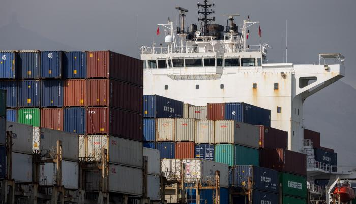 Global shipping slows (31308125)