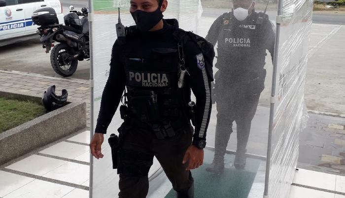 POLICIAS SE DESINFECTAN EN DAULE PARA SALIR A LABORAR(1)