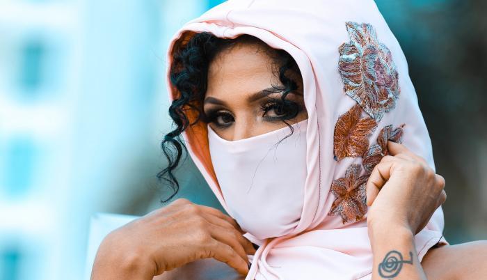Lila Flores, línea de ropa de bioseguridad.