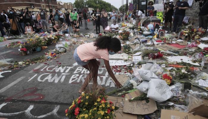 Manifestantes se congregan junto a la confluencia de la calle 38 Este y la avenida Chicago Sur, lugar en el que perdió la vida el ciudadano afroamericano George Floyd. EFE