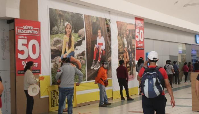 Los centros comerciales y los pequeños locales anuncian promociones y descuentos