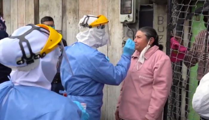 Personal sanitario del Municipio de Quito aplica la prueba del COVID 19
