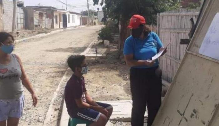 Carolina Espinoza dando clases en los exteriores de la casa de uno de sus alumnos para evitar posibles contagios de covid-19.