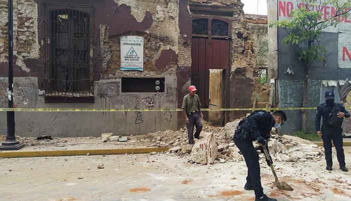 El terremoto de magnitud 7,5 que sacudió este martes con fuerza el centro y sur de México deja al menos un muerto por un derrumbe en el municipio oaxaqueño de Crucecita, epicentro del movimiento telúrico.