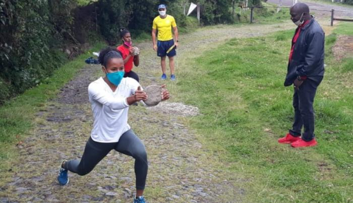 velocistas-ecuatorianos-angela-tenorio-alex-quiñónez-anahí-suárez-entrenamiento