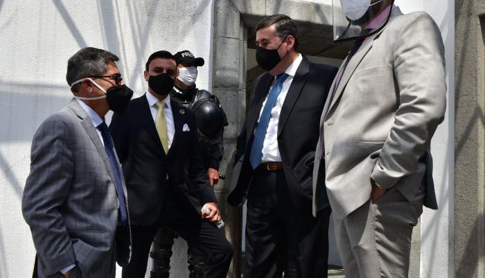 abogados de los acusados en el caso sobornos acudieron a la audiencia de apelación.