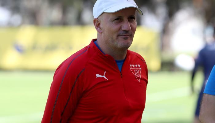 Pablo-Repetto-entrenador-LigadeQuito-Antonio-Valencia-salida