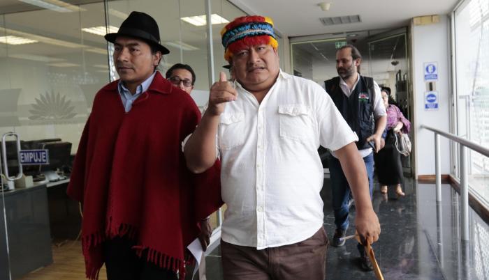 Comparecencia. Los dirigentes indígenas, Leonidas Iza (izquierda) y Jaime Vargas (derecha), a su llegada ayer a la