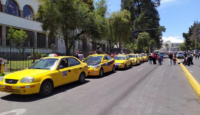 La Unión de Cooperativas de Transporte en Taxis de Pichincha puso a disposición varios de sus vehículos.