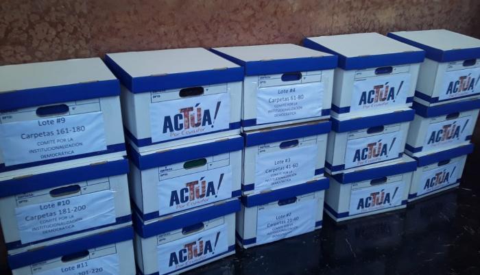 El coordinador de le organismo ciudadano, Pablo Dávila, fue el encargado de entregar en Gestión Documental 15 cajas, con 283 carpetas.