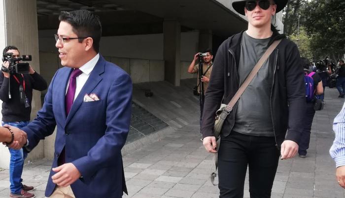 El abogado Carlos Soria y su cliente Ola Bini, investigado por presunta vulneración de sistemas informáticos, llegaron a la Fiscalía, este 16 de agosto. El defensor aseguró que el informático se seguirá presentando todos los viernes.