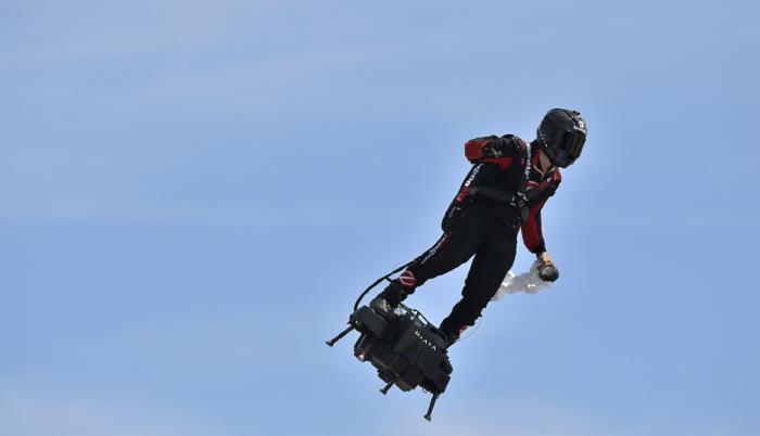 """""""Hombre volador"""" francés cruza Canal de la Marcha en aerodeslizador"""