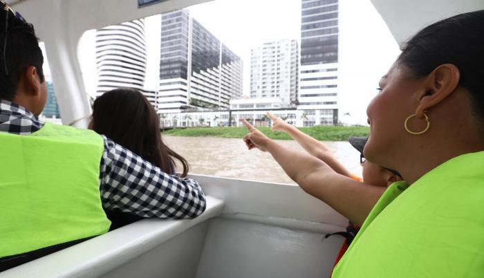 Familia. Una madre y su hijo disfrutan del paisaje urbano que ofrece el paseo.