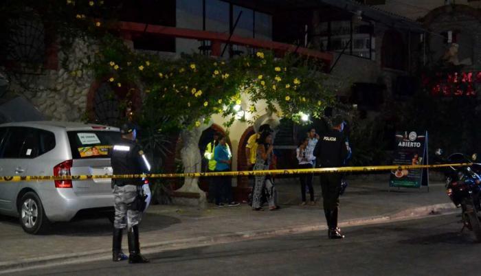 Anna Laura Chávez fue asesinada cuando llegaba a su establecimiento, en Manta. Al bajar de su vehículo, una persona que llevaba una peluca la abordó y le disparó. Inicialmente, se creía que el autor material era un hombre, pero ayer, el fiscal confirmó qu