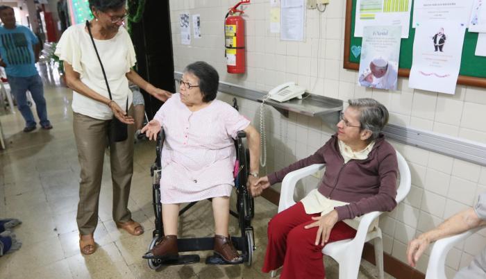 Compañerismo. Luz María disfruta de conversar con sus compañeras del asilo.