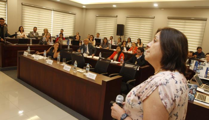 Trabajo. Silvia Vélez, consejera del Caces, en los talleres realizados en la Universidad Ecotec, de Guayaquil.