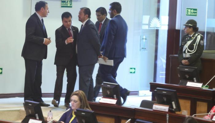 El 29 de noviembre, Fabricio Villamar logró un acuerdo con todos los bloques para exigir la renuncia de Vicuña y recogió 58 firmas para enjuiciarla políticamente.