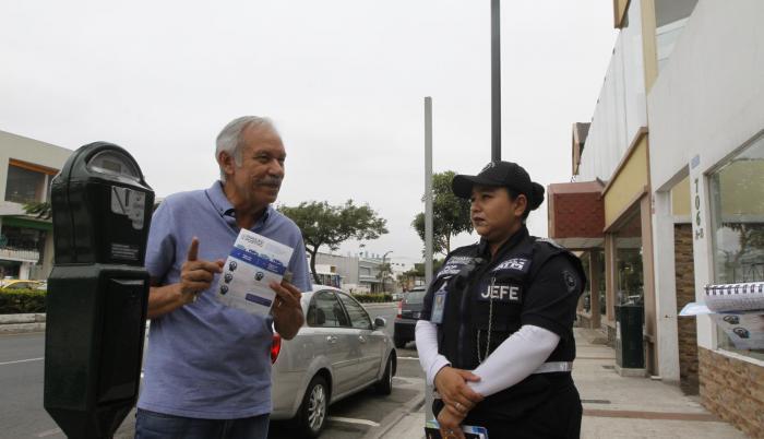 Socialización. El residente Gustavo Buitrón conoció ayer sobre la  implementación de los parquímetros en la vereda de su residencia, en Urdesa.