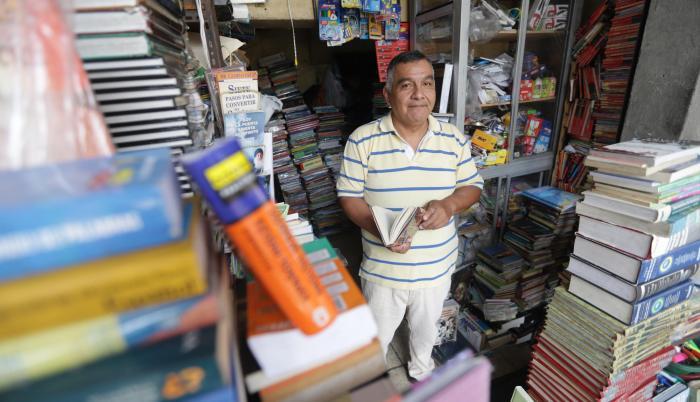 Tradición. Manuel Fabara heredó de su padre el negocio de vender libros usados. Su local está ubicado en la calle Seis de Marzo, entre Colón y Alcedo, cerca del Mercado Central.