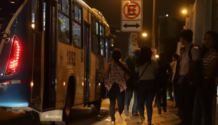 Apuro. Algunos estudiantes deben correr para alcanzar el bus. Otros esperan por sus colectivos.