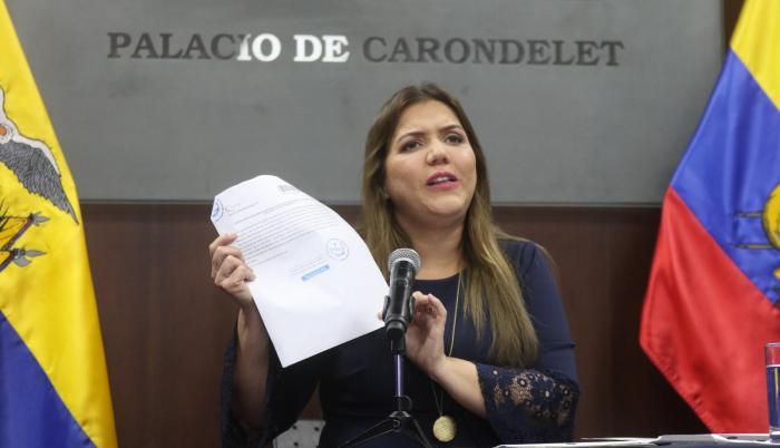 Comparecencia. Vicuña apareció anoche ante la prensa para refutar las acusaciones en su contra. No aceptó preguntas de los periodistas.