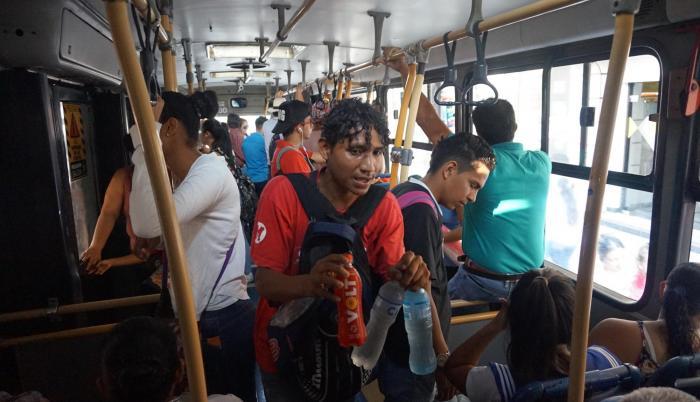 Bebidas. Como Cheo, hay decenas de jóvenes que aprovechan el clima de Guayaquil para vender agua.