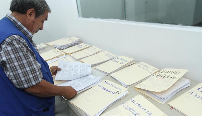 En la Junta Electoral del Guayas, la revisión no se detuvo durante el fin de semana para evacuar las carpetas de los aspirantes. Ahora trabajan en las notificaciones. Varias juntas se declararon desde ayer en sesión permanente para empezar a revisar los i