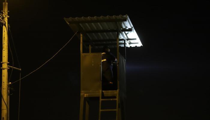 Desde hace un poco mas de un año, en Málaga II se ubicaron tres torres con luces que sobresalen de la valla perimetral de la ciudadela, con la que los guardias vigilan hacia fuera.