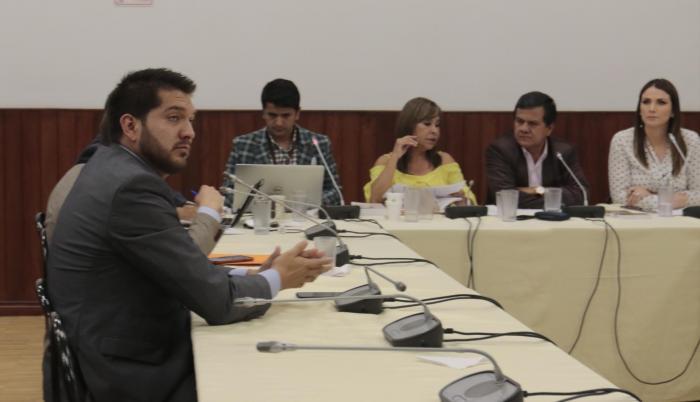 Investigación. Carlos Robles (izq.) uno de los exasesores de Vallejo que comparecieron ayer ante la comisión que revisa la conducta de la legisladora.