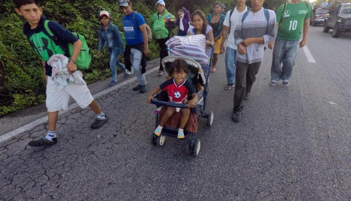 La caravana de migrantes hondureños inició su salida de la localidad de Mapastepec el jueves con rumbo hacia el municipio de Pijijiapan en el estado de Chiapas (México), durante su travesía por México hacia EEUU.