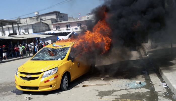 Durante los disturbios en Posorja, ocurridos el pasado martes, un taxi fue incinerado.