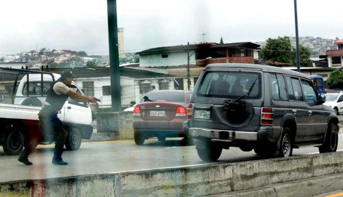 Acción. Los policías interceptaron a los delincuentes a la altura del puente San Eduardo, en la vía a Daule.