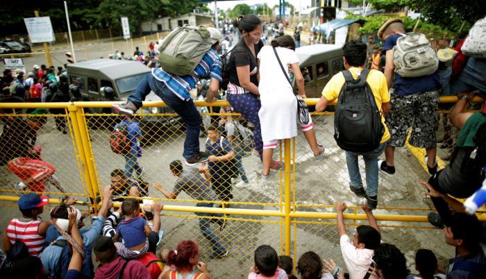 Después de momentos de tensión, por el sofocante calor y el hacinamiento, la multitud sobrepasó el cordón policial y se limitó a cruzar la frontera ante la mirada pasiva de los agentes.