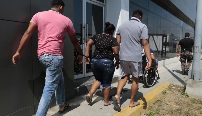 Los detenidos salieron de los calabozos de la Unidad Judicial de Esmeraldas hasta Criminalística para el fichaje respectivo. Uno de ellos iba en una silla de ruedas.