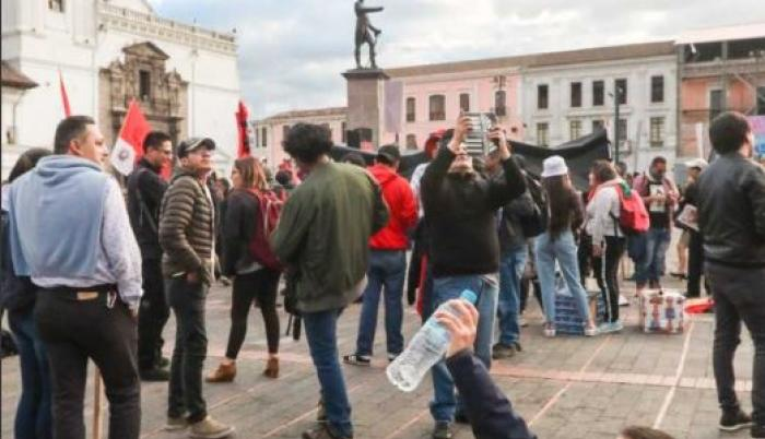 27 de diciembre. Con arco y ballesta, el niño llegó a la Plaza Santo Domingo acompañado del gremio de los trabajadores que protestaron por las medidas económicas del Gobierno. Antonio José de Sucre los recibió con la mano derecha apuntando hacia el volcán