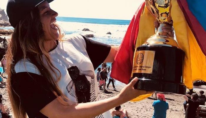 Nivel. La surfista recibió en Chile el trofeo WSL que la acredita con la #1 en Sudamérica.