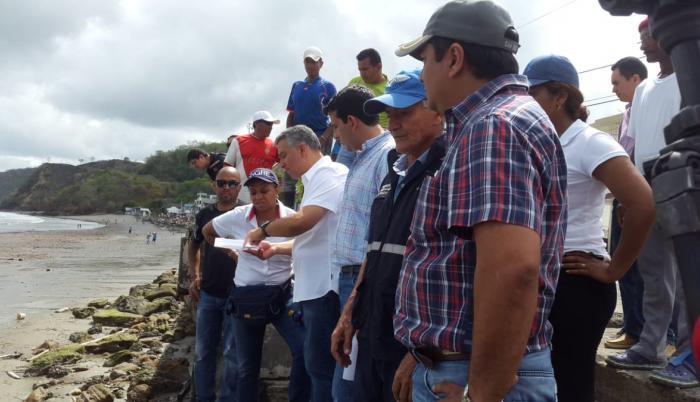 La directora del Servicio Nacional de Gestión de Riesgos, María Alexandra Ocles, durante un recorrido por Súa, junto a otras autoridades nacionales y locales. (Riesgos Ecuador)