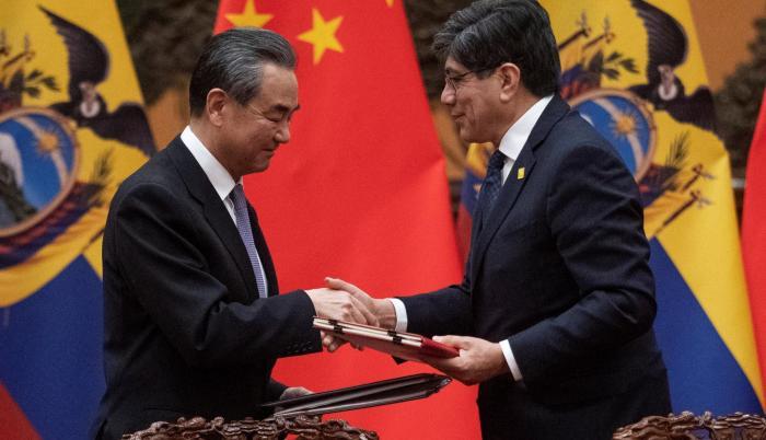 El ministro chino de Exteriores, Wang Yi (i), firma un acuerdo con su homólogo de Ecuador, José Valencia (d), en el Gran Palacio del Pueblo en Pekín (China).