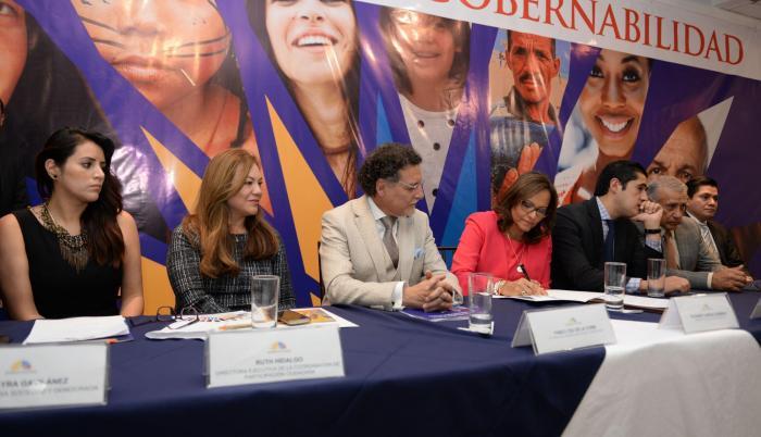 Firma. Yomaira Gavilanes, Ruth Hidalgo, el contralor Pablo Celi, la presidenta Elizabeth Cabezas, el ministro Richard Martínez y el legislador René Yandún.