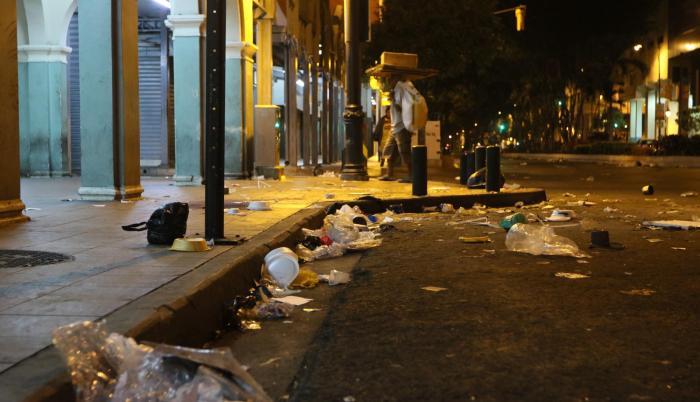 Desorden. La avenida Colón es una de las calles de la bahía con más desechos evidenciado en la acera. En las noches los recicladores la pasean.