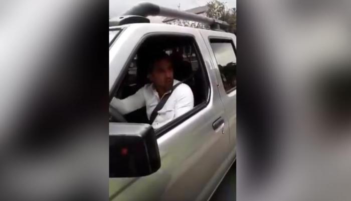 El momento en que el conductor se niega a colaborar con las autoridades de tránsito quedó registrado en video. (Captura)