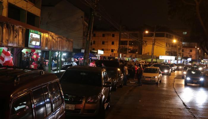Avenida. A la medianoche de un viernes en la calle Rodolfo Baquerizo de la Alborada no hay parqueos libres.