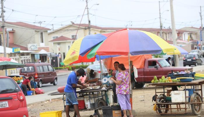 Comercio. Los vendedores llegan desde muy temprano a la calle Costanera para comercializar sus productos.