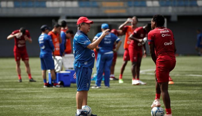 El director técnico de la selección de fútbol de Ecuador, Hernán Darío Gómez (c), en uno de los entrenamientos de la Selección Nacional.