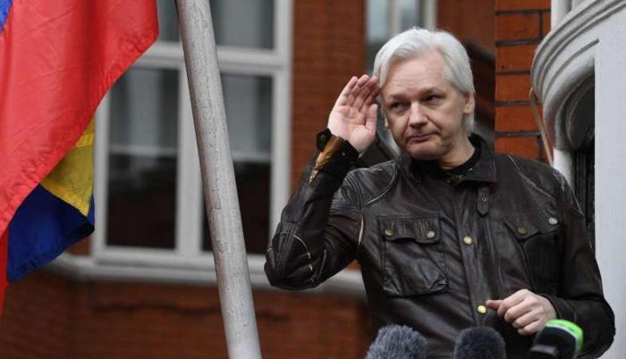 El domingo, el portal WikiLeaks anunció en su cuenta de Twitter que Ecuador supuestamente le había devuelto internet a Assange.