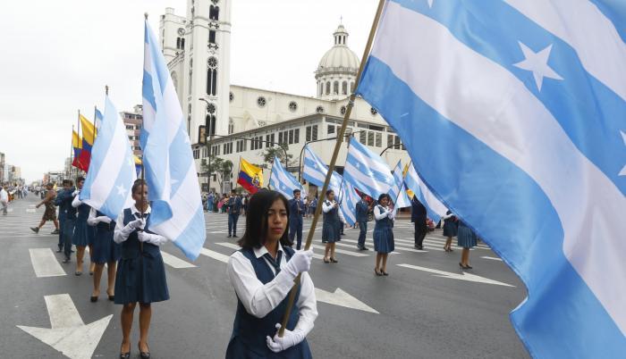 Gallardía. Estudiantes de Guayaquil participaron portaron las banderas celeste y blanco.