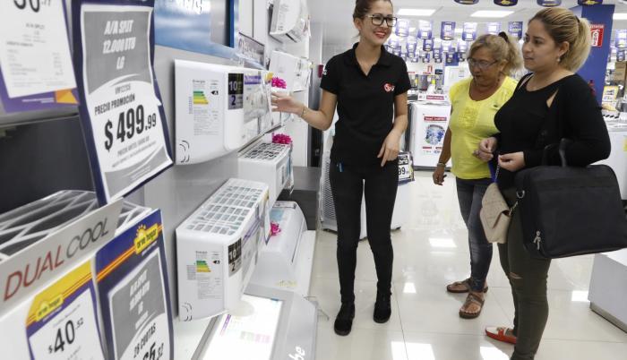 Comercio. Clientes cotizaron aires acondicionados en la tienda Orve Hogar, en Mall del Sur, donde ya hay ofertas.