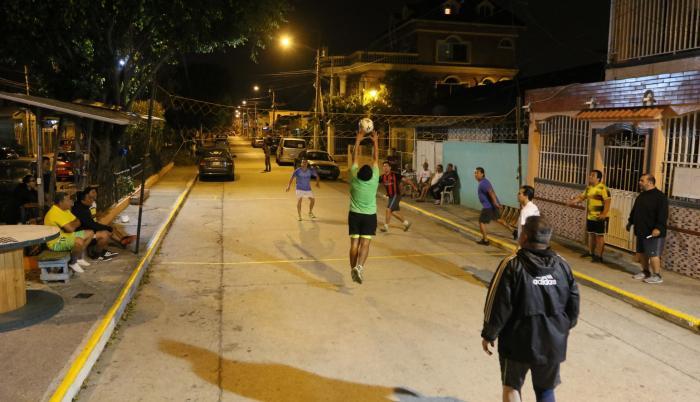 Ausencia. Los vecinos de la ciudadela 9 de Octubre improvisan una cancha de voleibol en una de sus calles.