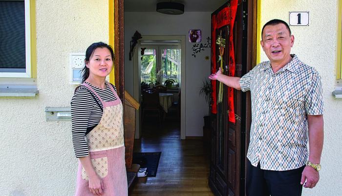 Emprendedores. Zhang y su esposa Yang frente a su casa en el llamado complejo residencial Oak Garden.